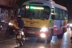 Thanh niên dựng xe giữa đường chặn đầu xe buýt đi sai làn