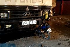 Xe máy cắm chặt vào gầm ôtô, một người tử vong