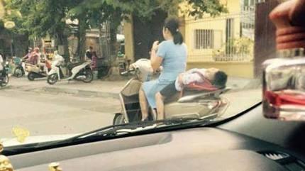 Rụng rời trẻ ngủ sau xe máy trên đường đến trường