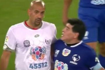 Maradona suýt choảng Veron ở trận giao hữu