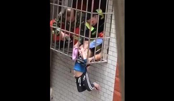 [VietnamNet.vn] Nghẹt thở xem giải cứu bé trai mắc kẹt lơ lửng ngoài cửa sổ