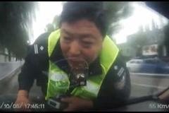 Tài xế taxi hất cảnh sát lên capo, lồng chạy khắp phố