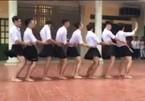 Nhóm nam sinh mặc váy ngắn nhảy cực nhộn ở sân trường
