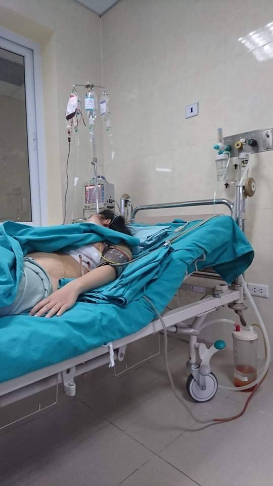 sắt cắm vào ngực, bệnh viện E