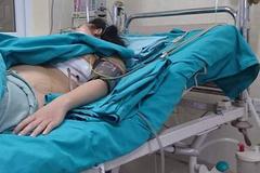 Người phụ nữ đi đường bị đoạn sắt găm sâu vào ngực