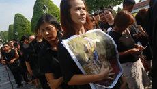 Người Thái xếp hàng dài chờ tiễn biệt Quốc vương