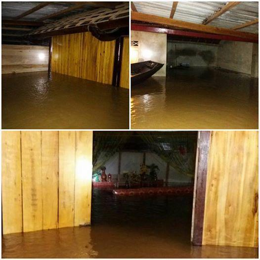 Một ngôi nhà ở xã Lộc Yên nước ngập gần sát nóc nhà tối nay