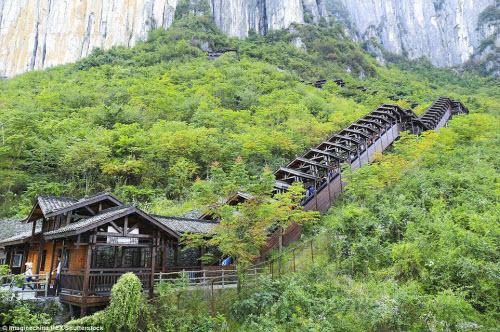 Trung Quốc mở cửa thang máy ngắm cảnh dài nhất thế giới - ảnh 4
