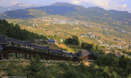 Trung Quốc mở cửa thang máy ngắm cảnh dài nhất thế giới - ảnh 6