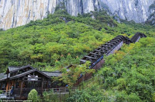 Trung Quốc mở cửa thang máy ngắm cảnh dài nhất thế giới - ảnh 8