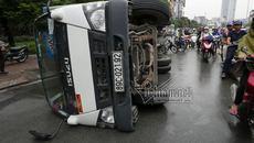 Xe tải quay lơ chổng vó trên đường Hà Nội