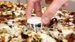 Ăn pizza mãi đố biết tấm nhựa trắng 3 chân giữa bánh để làm gì?