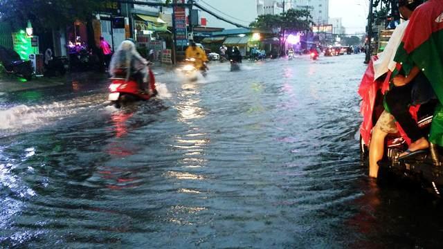 Mưa kết hợp triều cường, Sài Gòn lại ngập nặng