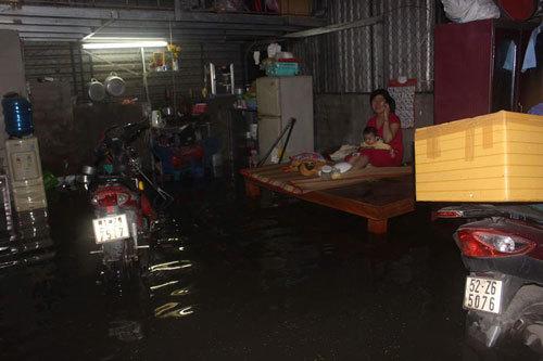 TPHCM: Vỡ bờ bao ngập trên 1 mét, di tản hàng trăm hộ dân