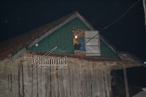 Trắng đêm trên nóc nhà chờ nước rút nơi rốn lũ