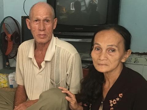 Chuyện tình kỳ lạ của vợ Việt, chồng Tây bán vé số