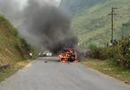 Ô tô cháy trơ khung trên đường đến lễ hội hoa tam giác mạch