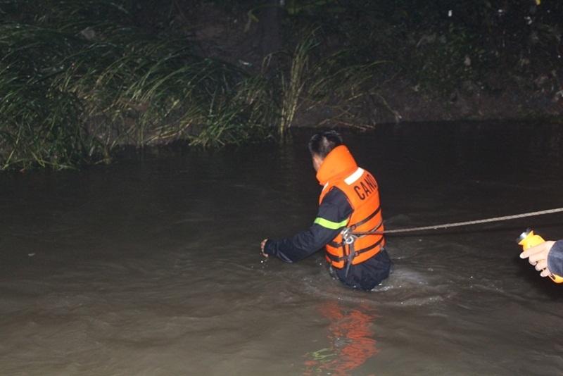 50 người tìm bé trai 8 tuổi bị nước cuốn xuống cống