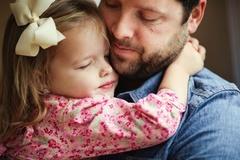 Cảm động bộ ảnh cưới 'bố và con gái' tưởng nhớ người vợ đã mất