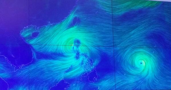 Dị thường: Siêu bão cắn đuôi bão số 7 vào biển Đông