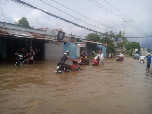 Triều cường đạt đỉnh 1m66, Sài Gòn ngập nặng