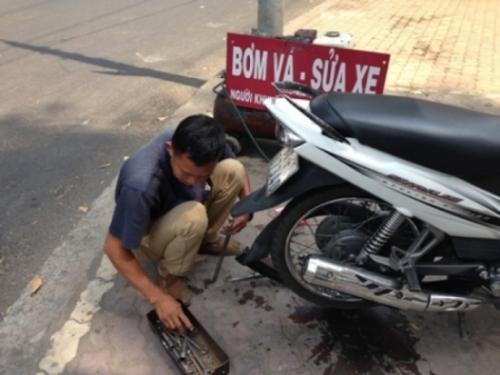 sửa xe, săm xe máy, lốp xe, tiện tay, thủ đoạn phá xe, thợ sửa xe máy, ô tô, đi xe, lái xe