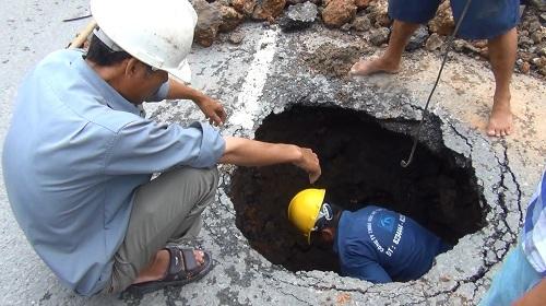 Xuất hiện hố tử thần sâu 2m giữa trung tâm TPHCM