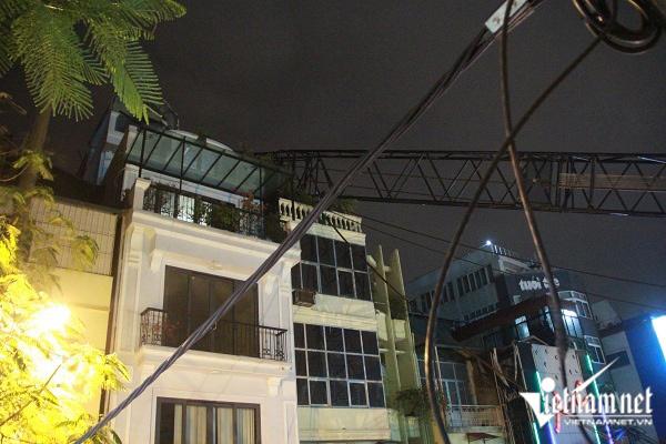 Cần cẩu đổ sập giữa Hà Nội vào 2 nhà dân