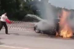Người đàn ông bất lực nhìn ô tô cháy rụi