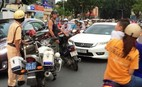 Ông Tây chặn ôtô chạy ngược chiều ở trung tâm Sài Gòn