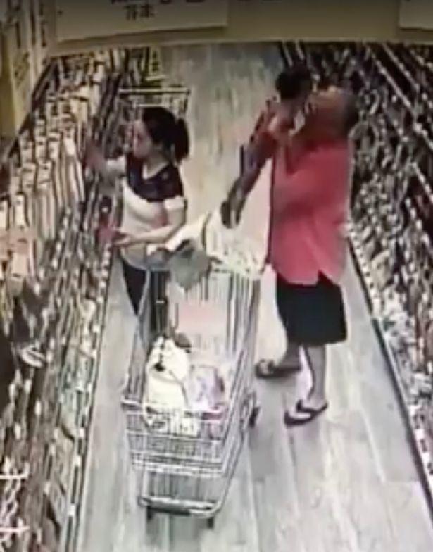 Mẹ kinh hãi phát hiện người lạ bế con gái khỏi giỏ hàng