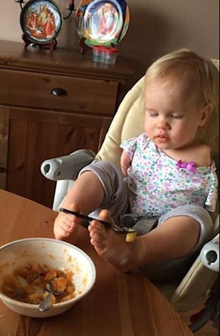 Mềm lòng trước cảnh bé gái không tay được mẹ dạy xúc thức ăn