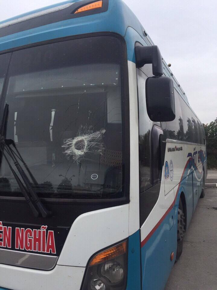 Xe khách toạc kính vì bị ném đá trên cao tốc