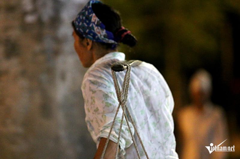 Rớt nước mắt đời nữ cửu vạn kéo hàng xuyên đêm - ảnh 15
