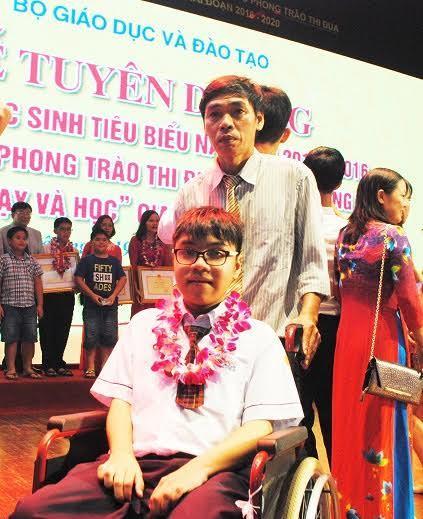 Học tiếng Anh trên xe lăn, 10X trở thành học sinh tiêu biểu của năm