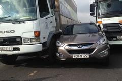 TPHCM: Liên tiếp xảy ra tai nạn, giao thông tê liệt