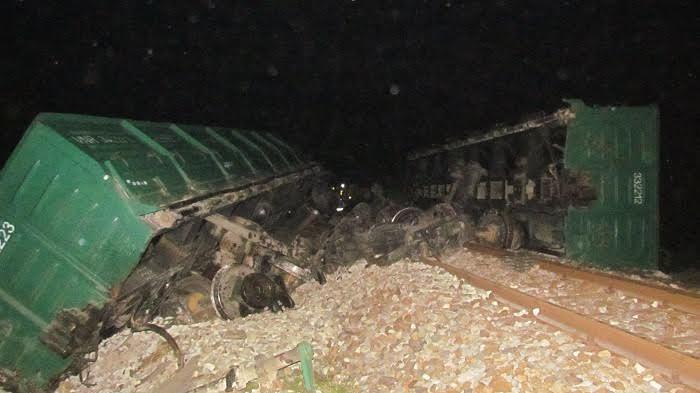 Tàu hỏa lật, đường sắt Bắc-Nam tê liệt nhiều giờ