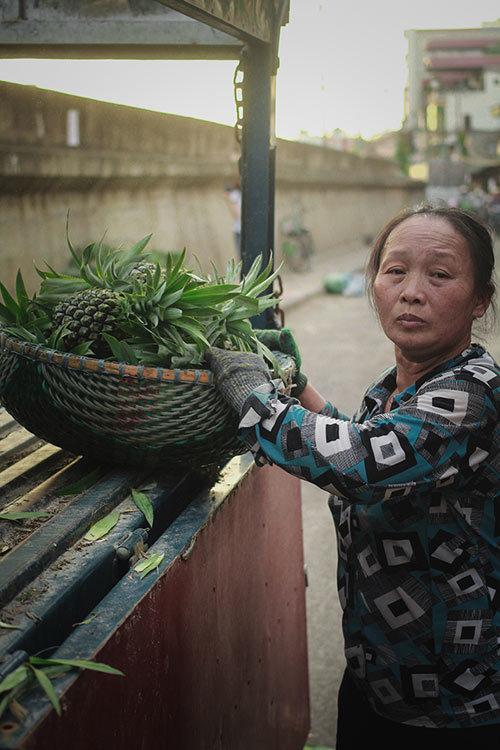 Ngày không hoa, không quà của phụ nữ bốc vác, bán hàng rong