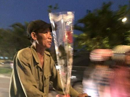 Xôn xao hình ảnh người đàn ông với bó hoa 10.000 đồng tặng vợ