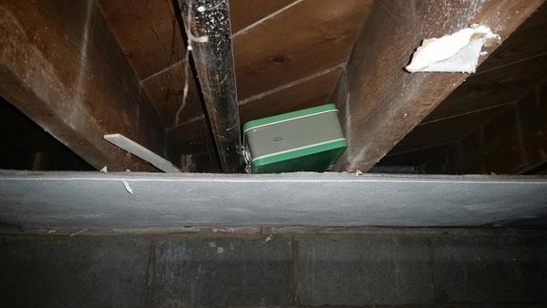 Vợ chồng trẻ bất ngờ tìm được hộp sắt cũ chứa 1 tỷ đồng