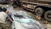 Xe tải đè bẹp xe con, bé 5 tuổi thoát chết kỳ diệu