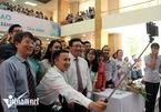 Phó Thủ tướng selfie cùng sinh viên Ngoại giao