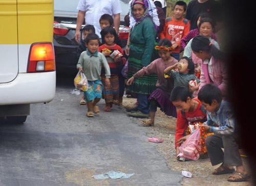 ném đồ ăn, ném đồ ăn cho trẻ vùng cao, khách du lịch ném đồ ăn