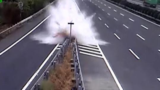 [VietnamNet.vn] Lái xe theo GPS, cô gái gây tai nạn khủng khiếp