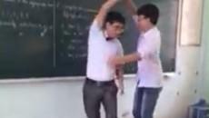 Thầy giáo vừa nhảy vừa hát cực nhộn với học sinh trên bục giảng