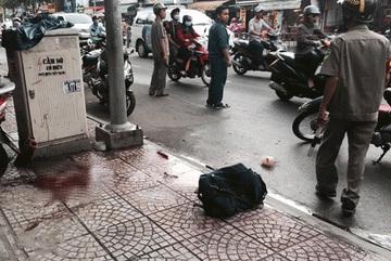 Người đàn ông bị chém gần lìa tay trên phố Sài Gòn