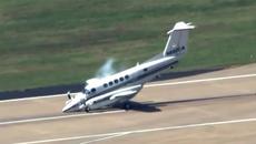 Máy bay Mỹ hạ cánh khẩn cấp bằng mũi ngoạn mục