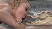 10 clip nóng: Cô gái xinh đẹp hôn hàm cá sấu