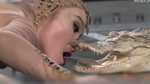 [VietnamNet.vn] 10 clip nóng: Cô gái xinh đẹp hôn hàm cá sấu