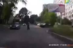 Những màn ăn vạ hài hước trước mũi ô tô